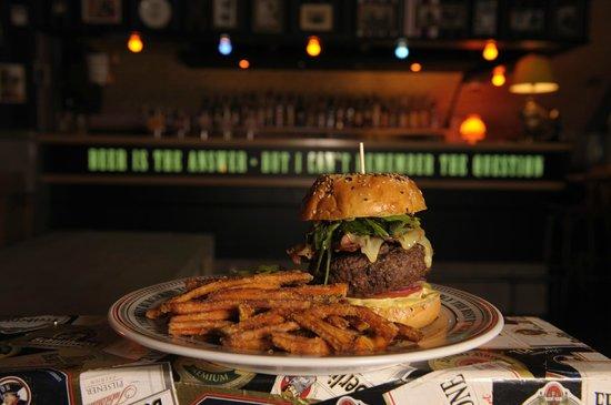 The Pub: Cheese`n`Bacon - Burger mit Süßkartoffelpommes