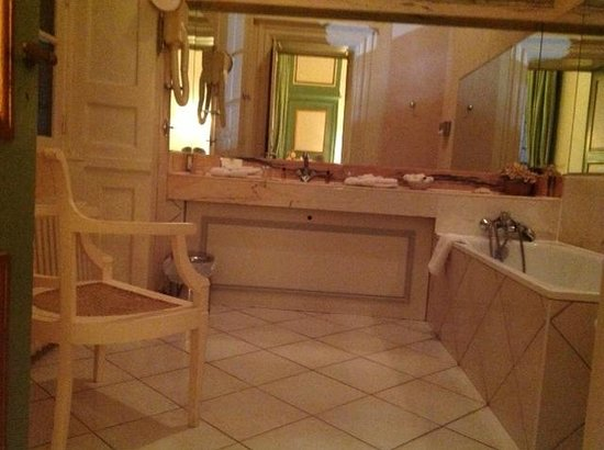 Le Valmarin : with its equally grand bathroom