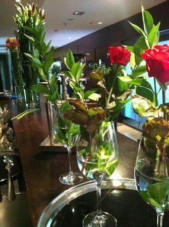 Hotel Swiss Moraira : Flores en recepción.