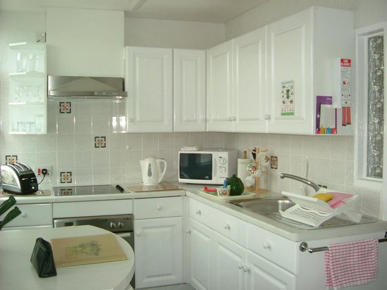 Kenilworth Court Holiday Flats: Fully fitted kitchen with microwave and all appliances