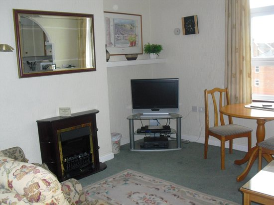 Kenilworth Court Holiday Flats: Living/dining area