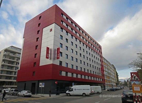 ibis Geneve Centre Nations: Exteriror del hotel. Muy nuevo y en una zona muy tranquila aunque no céntrica