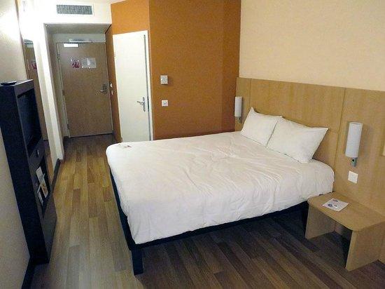 ibis Geneve Centre Nations: La habitación tiene el tamaño suficiente para resultar confortable