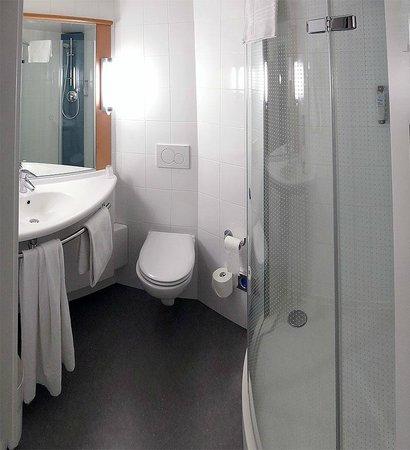 ibis Geneve Centre Nations: Baño funcional con ducha
