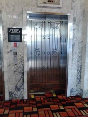 Hampton Inn & Suites Ogden : Wonderful marble surroundings, lovely art deco style elevator