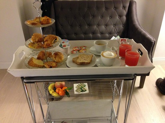 La Finestra sul Colosseo B&B : Breakfast - sweet pastries, fruit, yogurt, juice and cappuccino