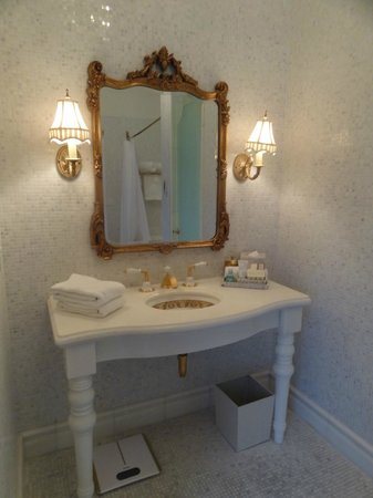 The Plaza: Bathroom
