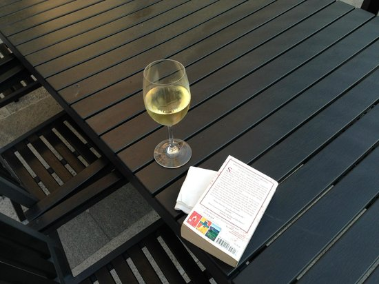 Frankie's Bar & Grille : Sit down to relax with my book and my wine.