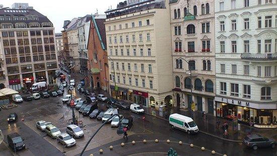 Austria Trend Hotel Europa Wien: 茶色の建物がカプツイーナ教会です。
