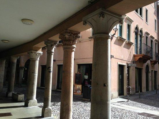 Quartiere dell'Antico Ghetto Ebraico di Padova: ghetto recycled old columns