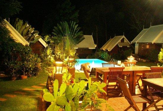 Le Passe-Temps : La terrasse et la piscine de nuit