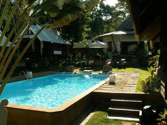 Le Passe-Temps : La piscine et les bungalows