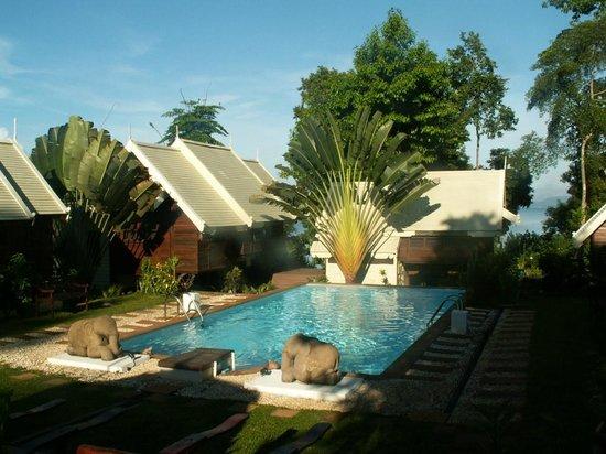Le Passe-Temps : Vue d'ensemble de la piscine et des bungalows