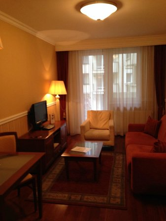 Queen's Court Hotel & Residence : room
