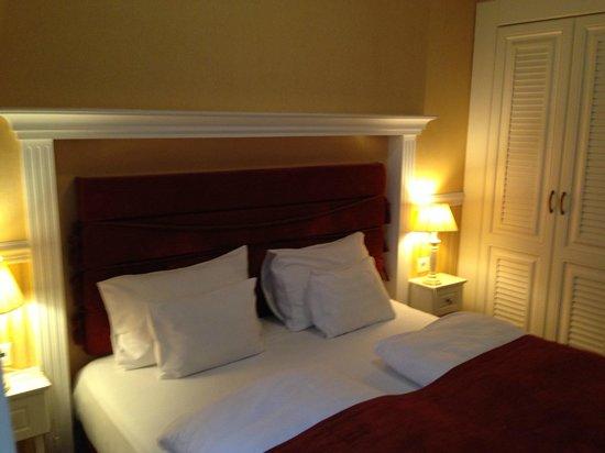 Queen's Court Hotel & Residence : bedroom