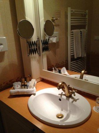 Queen's Court Hotel & Residence : bathroom