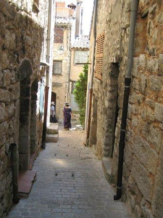 Tourrettes-sur-Loup - Village Medieval : Narrow lane old buildings on both sides