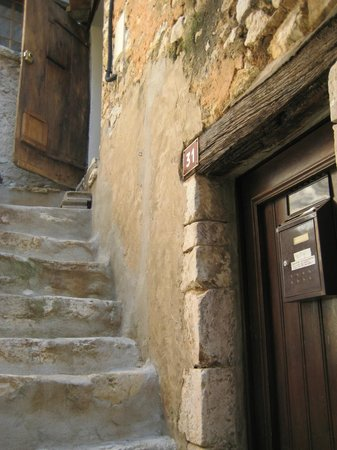Tourrettes-sur-Loup - Village Medieval : Houses at different heights with stair case