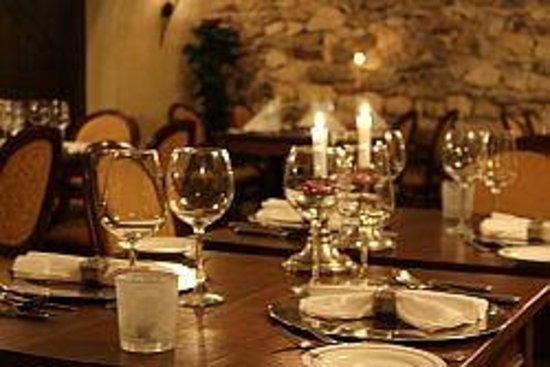 Schaloen Castle: Gewelven Restaurant Schaloen klaar voor diner