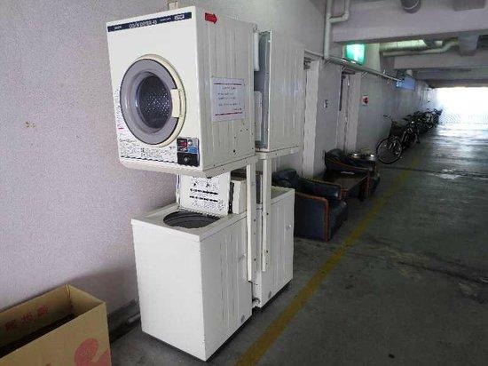 Hotel Skycourt Hakata: 3 一階駐車場奥のコインランドリー