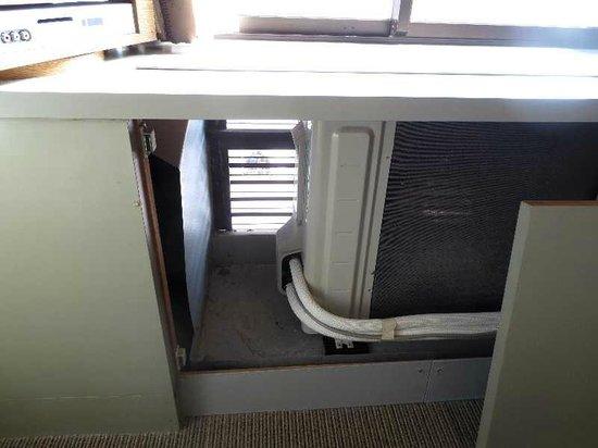 Hotel Skycourt Hakata: 7 窓の下の台の中に設置されたエアコン室外機