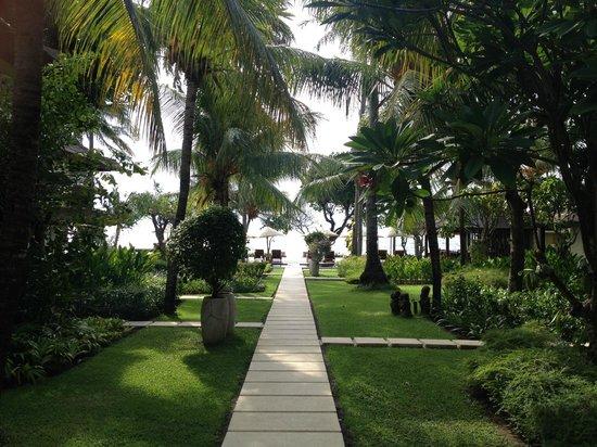 Qunci Villas Hotel: Lush gardens