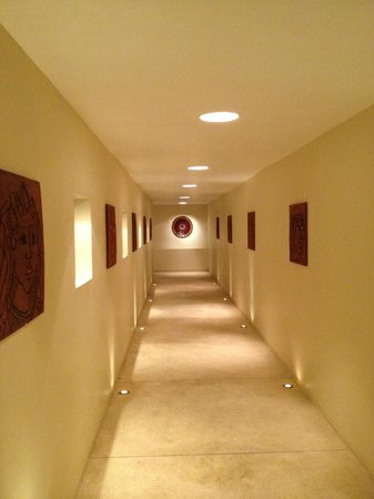 Qunci Villas Hotel: Art filled halls and passageways
