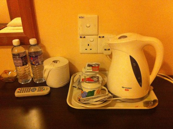Hotel Skyglobal: Coffee and tea-making set and drinking water