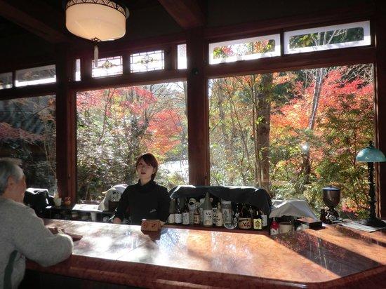 Sanso Tensui: ラウンジカウンターで朝食後の珈琲サービス