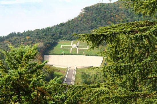 Hotel La Pace: Cimitero Polacco visto dall'Abbazia