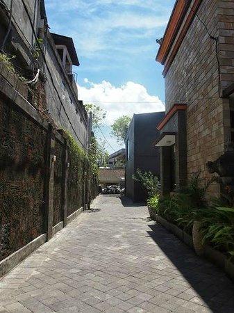 Sandat Hotel Legian: Walkway to Jl Legian