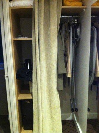 Hotel Galileo: planche à repasser + fer