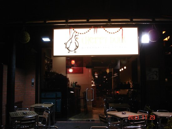 Cherry Duck Harbourside Bistro: Entrance at night