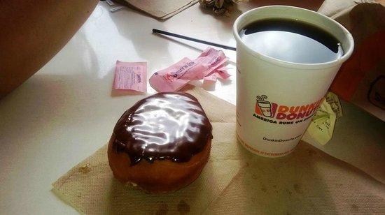 Dunkin' Donuts : Clasica dona bañada en chocolate y cafe por menos de usd 4
