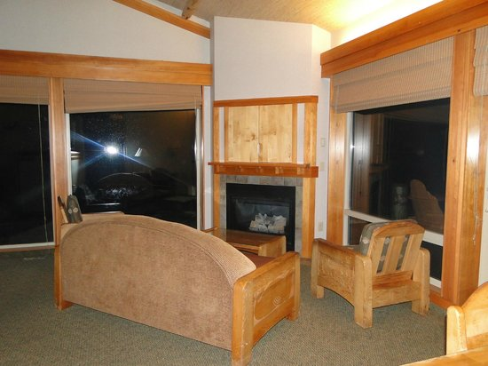 Quileute Oceanside Resort : Living room - amazing glass walls with an ocean view!