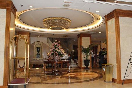 Emperador Hotel Madrid : Красивый холл отеля с потрясающими живыми букетами