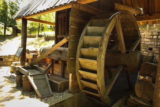 Village Museum (Muzeul Satului): Crushing rocks and gold extraction, operated by water