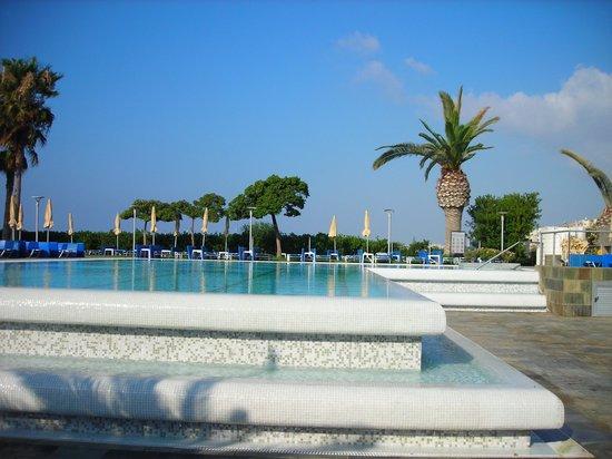 Crowne Plaza Limassol: бассейн