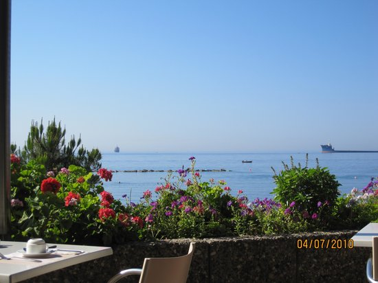 Crowne Plaza Limassol: вид с веранды для завтрака