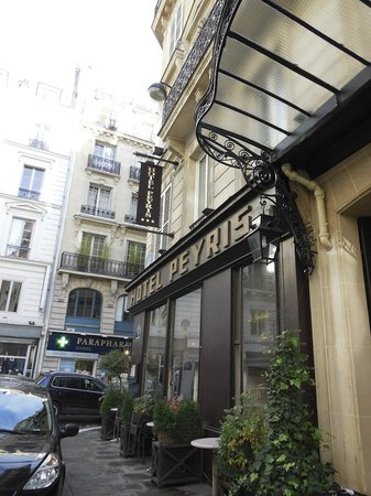 Hotel Peyris Opera: Front of Hotel