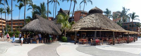 Las Palmas by the Sea: Main open buffet is in the right and the bar is on the left.