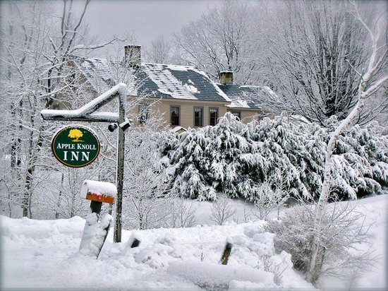 Apple Knoll Inn: View from the driveway