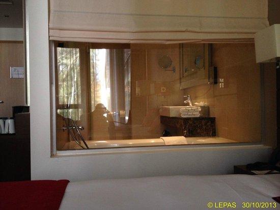 Dolce la Hulpe Brussels: Chambre avec vue sur salle de bain