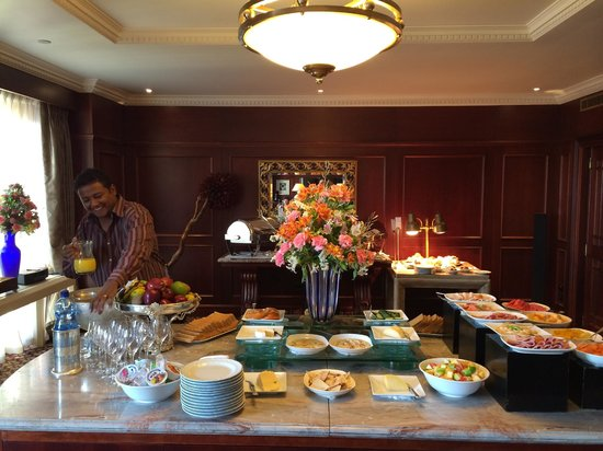 Sheraton Addis, a Luxury Collection Hotel: Club lounge breakfast offerings.