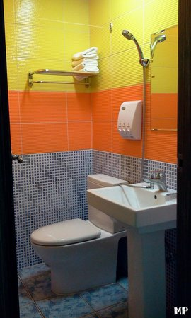 Soo Guesthouse: clean and colorful bathroom with complimentary body wash, shampoo, rinse and toothpaste. some to