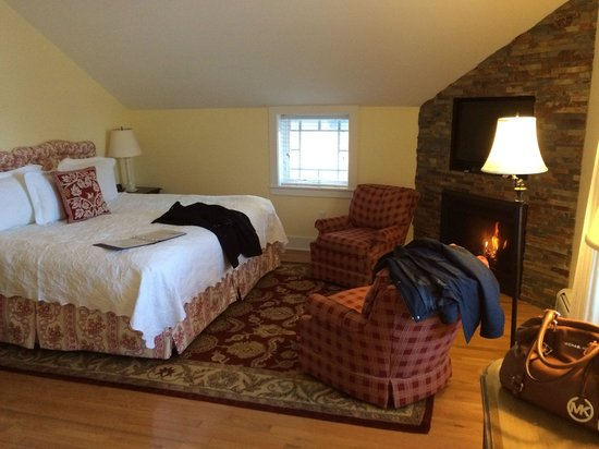 The Inn at Manchester: Sweet William room. Great size bed with extra seating area and fire place. The bed sheets are am