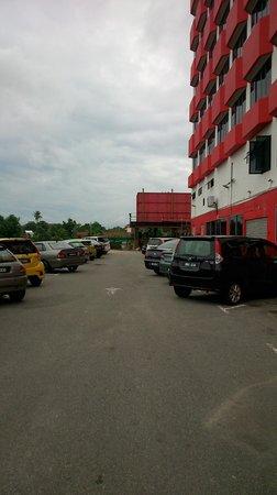 Hotel Sentral Melaka: parking area outside..limited...