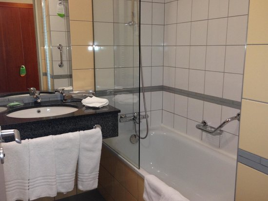 Courtyard Prague Airport: bathroom