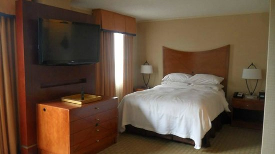 Embassy Suites by Hilton Baltimore - Inner Harbor: Comfortable Queen bed with movable flatscreen TV