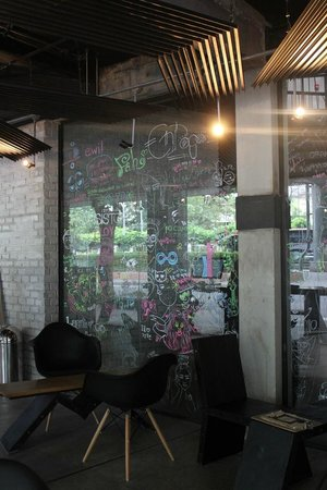 Thrive The Hostel Bangkok : Decor Glass Wall